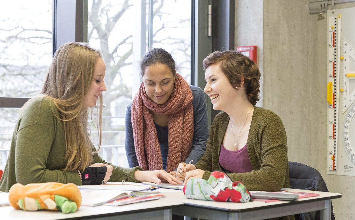 Drei Schülerinnen lernen gemeinsam