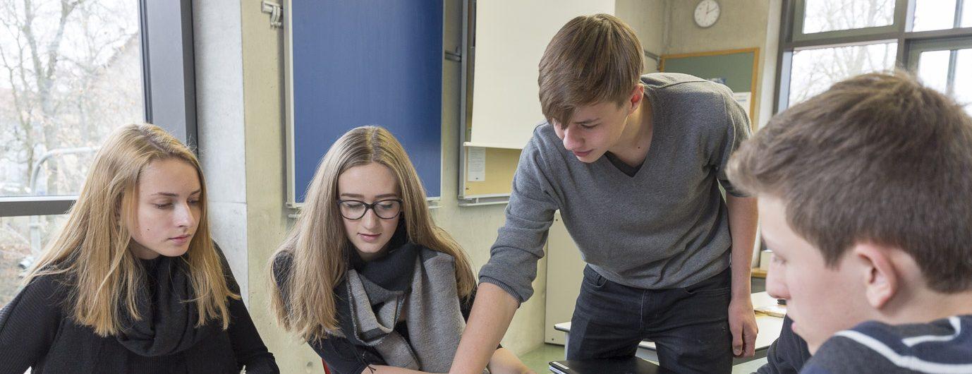 Montessori-Schüler bei der Teamarbeit