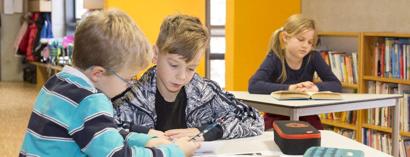Primarstufen-Schüler bei der Partnerarbeit