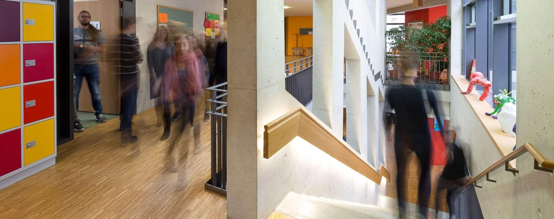 Menschen im Treppenhaus des Neubaus