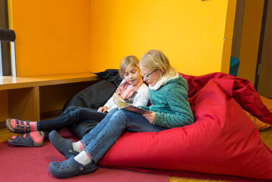 Schülerinnen betrachten ein Buch