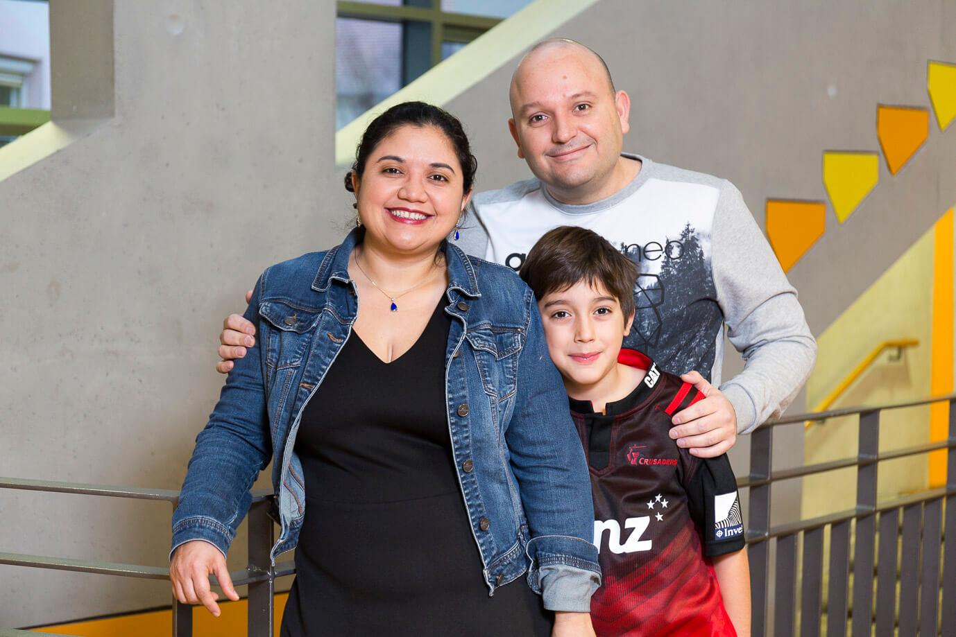 Montessori-Schüler mit seinen Eltern