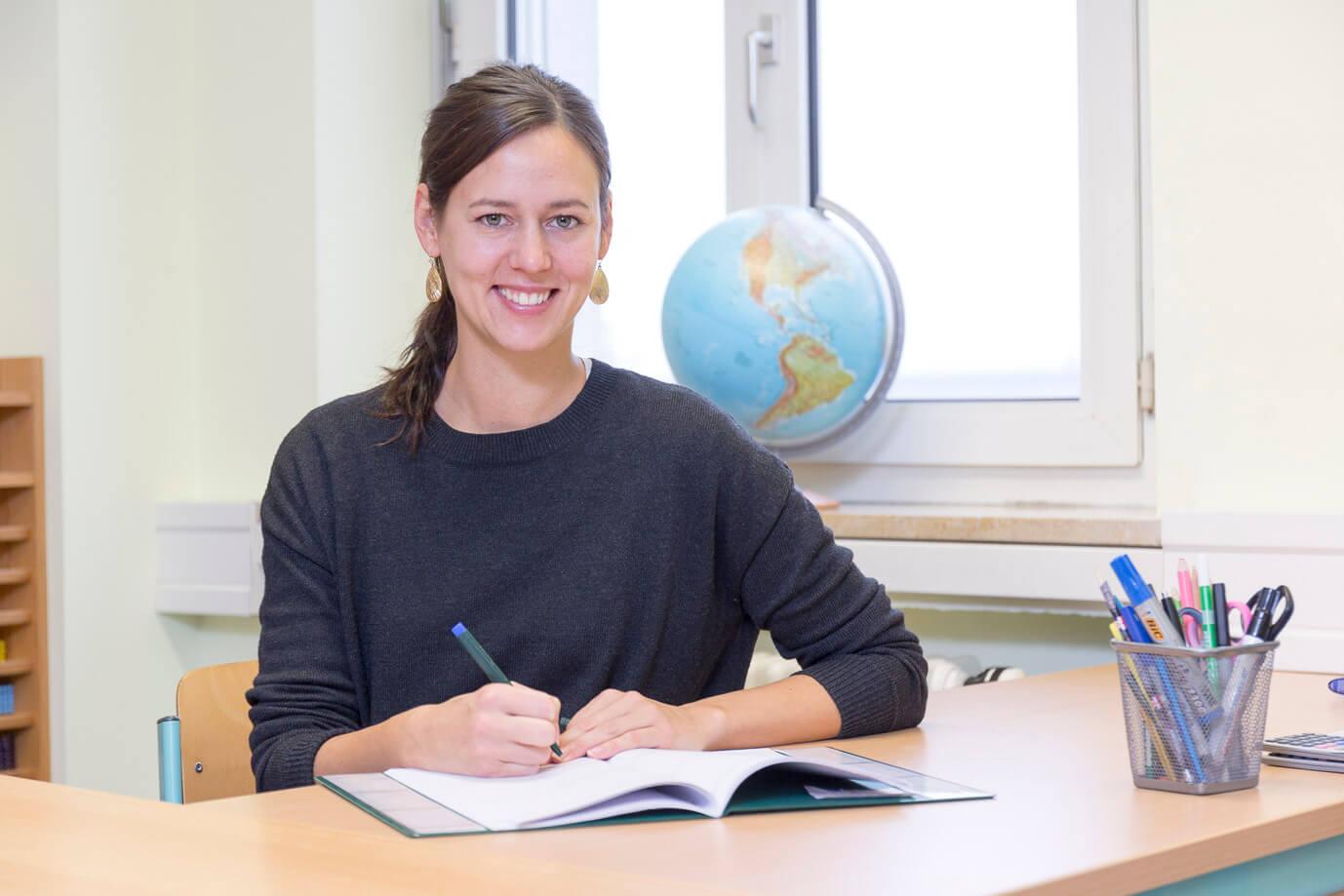 Lehrerin am Schreibtisch